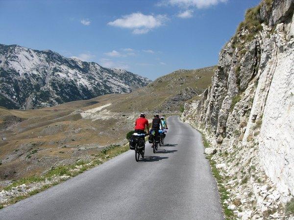 Типовий краєвид дороги в горах Чорногорії