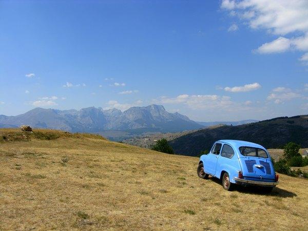 Мінікупер на фоні гір Боснії в Герциговини